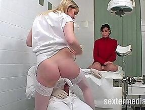 Muschis lecken in der perversen Arztpraxis