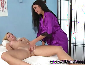 Masseuse babe pawns her pussy licking