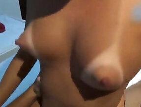 Peitinho bicudo gemendo em outra rola enquanto o marido filma